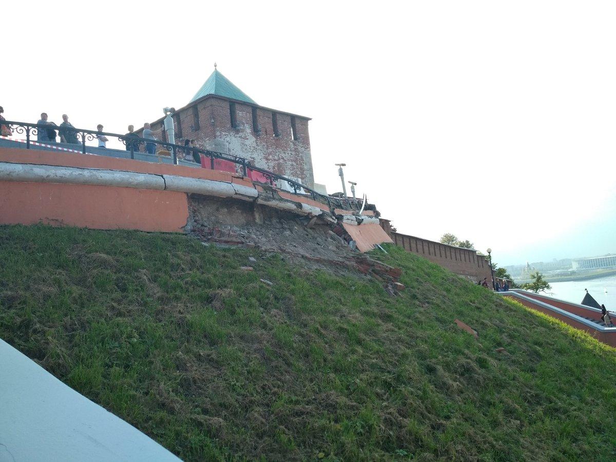 Фасад Чкаловской лестницы обрушился в Нижнем Новгороде - фото 1