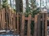 Разрушавшие ограду аварийные деревья спилили в парке «Швейцария»