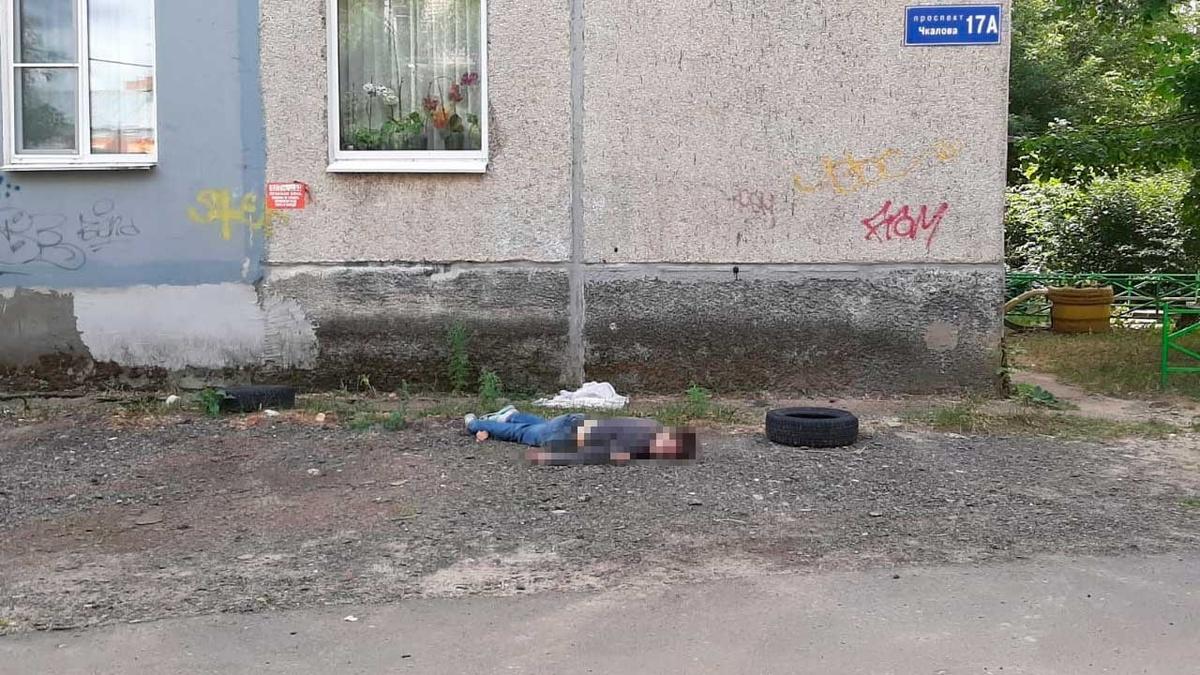 Житель Дзержинска разбился, выпав из окна на четвертого этажа - фото 1