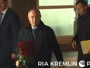 Путин возложил цветы к памятнику в Сарове