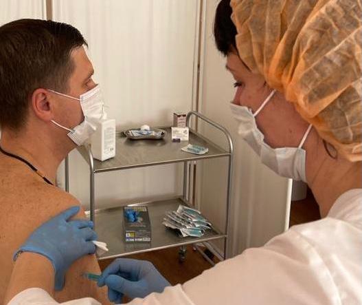 Замгубернатора Нижегородской области Гнеушев вакцинировался от коронавируса - фото 1