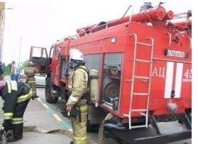 Более 30 пожарных тушат горящий дом на Бору - фото 1