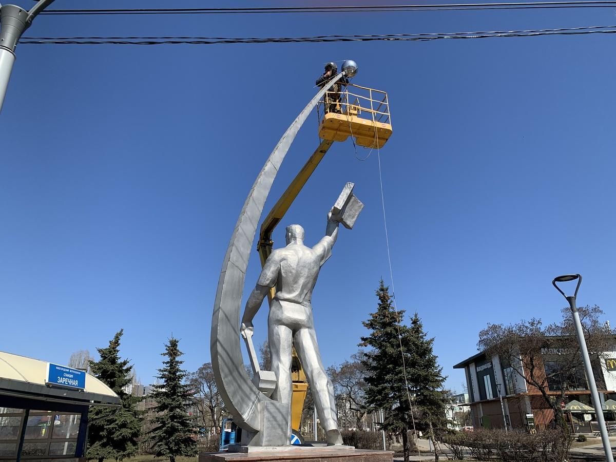 Спутник вернули памятнику космонавту Комарову в Ленинском районе - фото 2