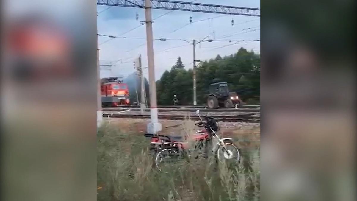 Пожарный в Тёше на тракторе оттащил от цистерн загоревшийся электровоз - фото 1