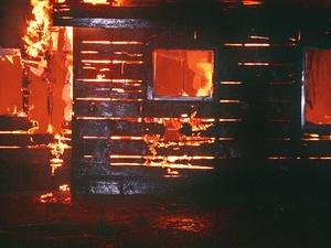 Мертвого мужчину нашли на пепелище сгоревшего дома в Краснооктябрьском районе