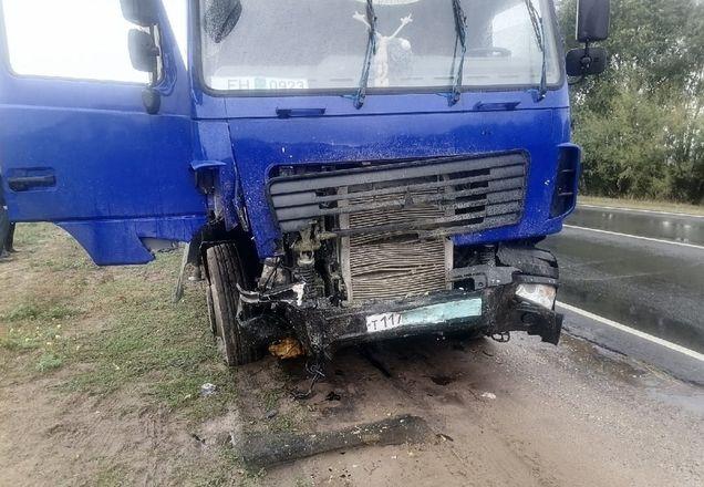 Двое человек погибли при столкновении иномарки с грузовиком в Нижегородской области - фото 2