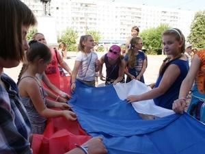 Огромный российский триколор сшили школьники в Ленинском районе (ФОТО)